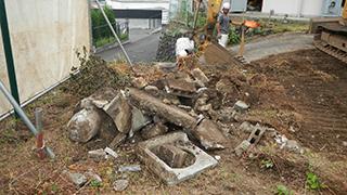 青梅市 鉄骨ブロック造3階建てアパート解体工事2(庭石撤去)