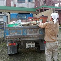 3.トラックに積み込みリサイクルセンター、処分場へ運搬